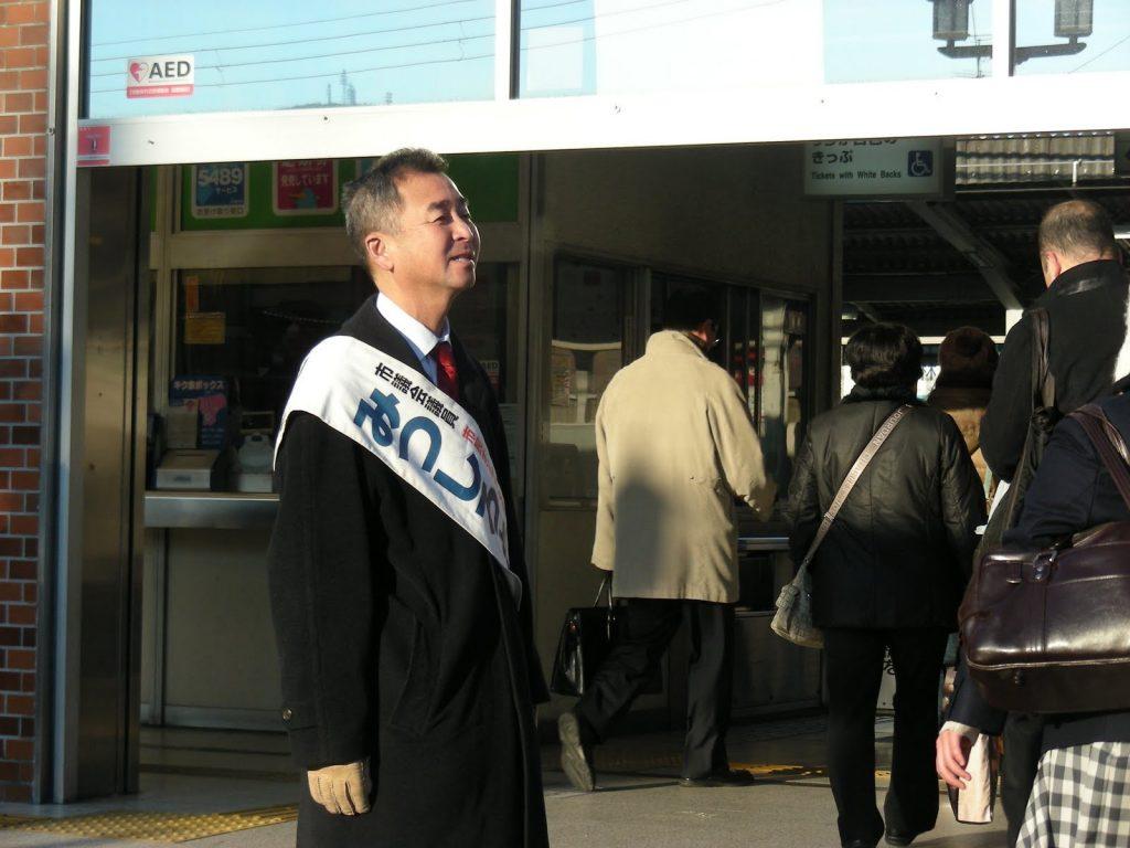 野崎駅前でがんばる・みつしろ 2012.2 <友人撮影>